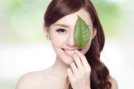 緑の葉、スキンケアやオーガニック化粧品、アジアン ビューティーのコンセプトを持つ美人顔肖像画