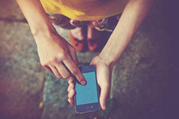 スマート フォンのアプリで電話のテキスト メッセージを使用して手